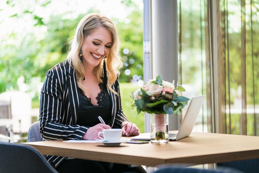 Cassandra Koch am Schreibtisch